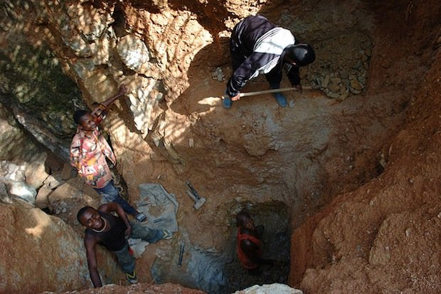 Wolframite_Mining_in_Kailo2,_DRC